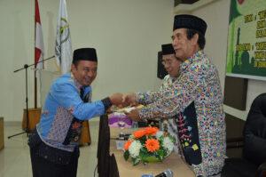 Ketua-Komisi-A-menyerahkan-hasil-rapat-komisi-kepada-panitia-Rakerda-LPTQ