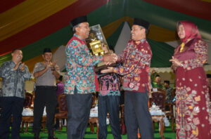 Wakil Walikota Palangka Raya, H. Mufid Saptono menerima piala juara umum MTQ XXIX dari Sekda Provinsi Kalteng