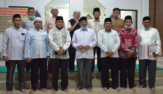 Kakanwil Kemenag Kalteng bersama pengurus LPTQ Kalteng usai acara silaturahmi di aula Lt1 Masjid Raya Darussalam Palangka Raya